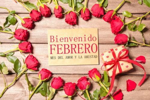 Imagen con rosas rojas y un corazon bienvenido febrero mes del amor y la amistad